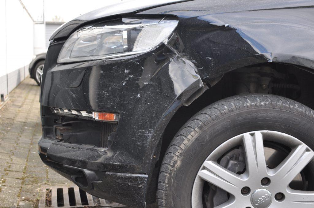 Karosserie- und Lackschäden an einem Unfallwagen
