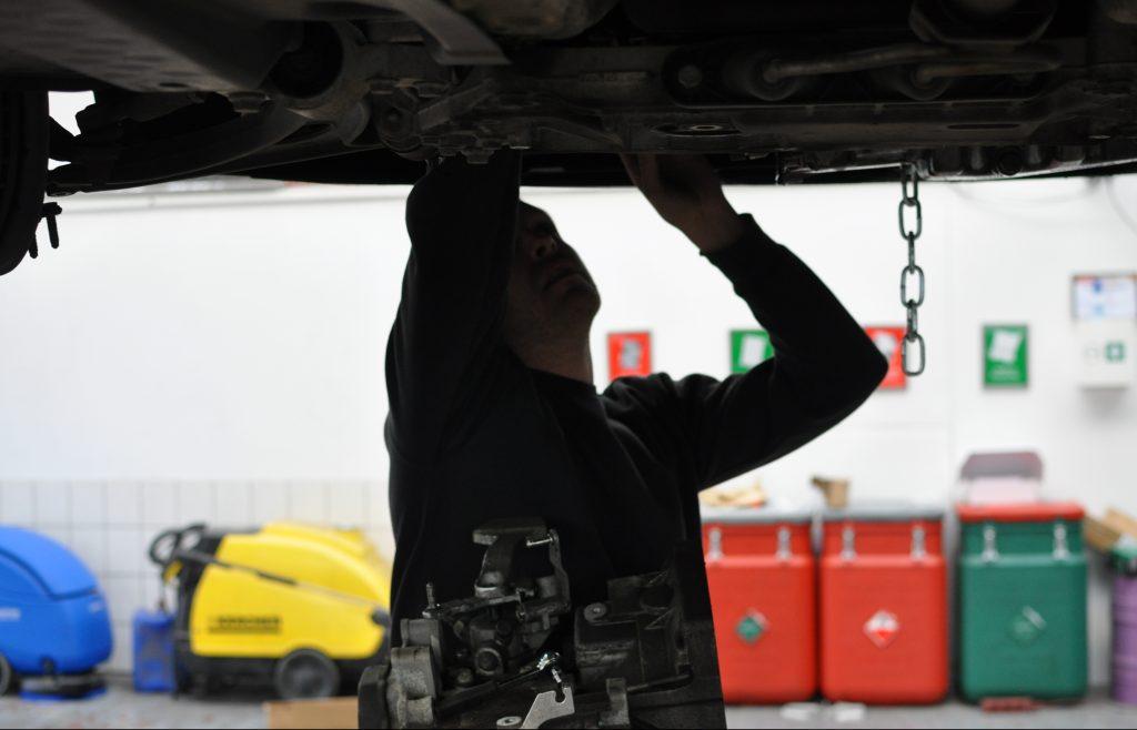 Ein Getriebe an einem PKW wird ausgetauscht