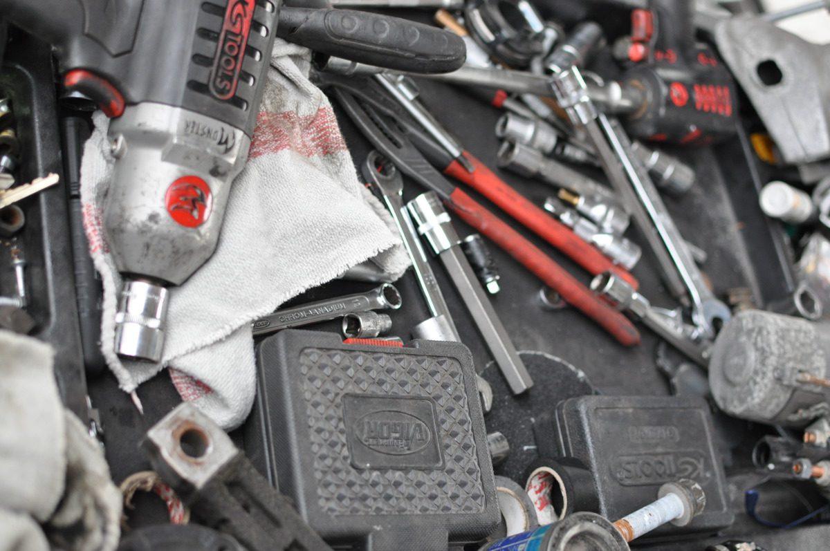 Verschiedene Werkzeuge für Arbeiten an Kraftfahrzeugen